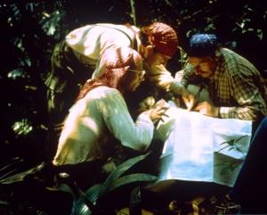 Da sinistra Iacoacci, Norza e Sbordoni consultano la cartografia nel tentativo di raggiungere los Ochos del Tigre nella selva del Mercadito 1986