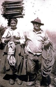 Pastori ciociari aiutano nel trasporto di scale e corde, 1930 circa